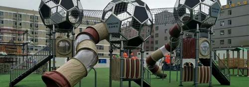 儿童游乐设备是将这两种功能结合起来的拓展活动器材